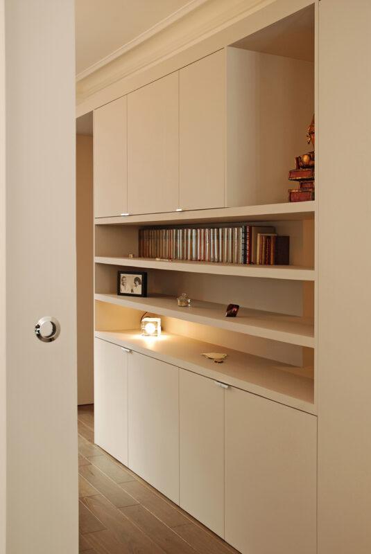 Meuble structurant sur mesure. Le meuble structurant imaginé par l'Atelier Sylvie Cahen permet de donner de la profondeur aux espaces tout en les cachant.