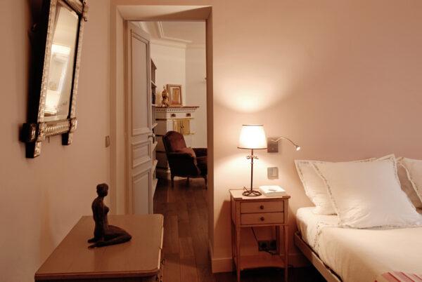 Meuble structurant sur mesure. La partie nuit de l'appartement, chambre et salle de bain, est donne sur la bibliothèque.