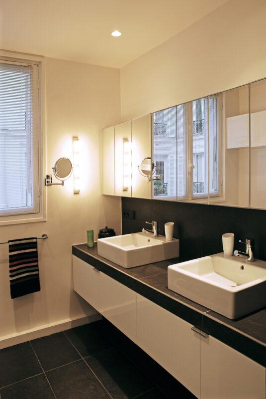 Meuble structurant sur mesure. L'espace salle de bain est agrandi par le jeu de miroir jusqu'en façade.