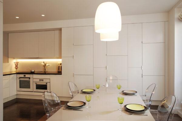 Meuble structurant sur mesure. Dans la continuité du mobilier du salon, la cuisine décline des matériaux nobles.
