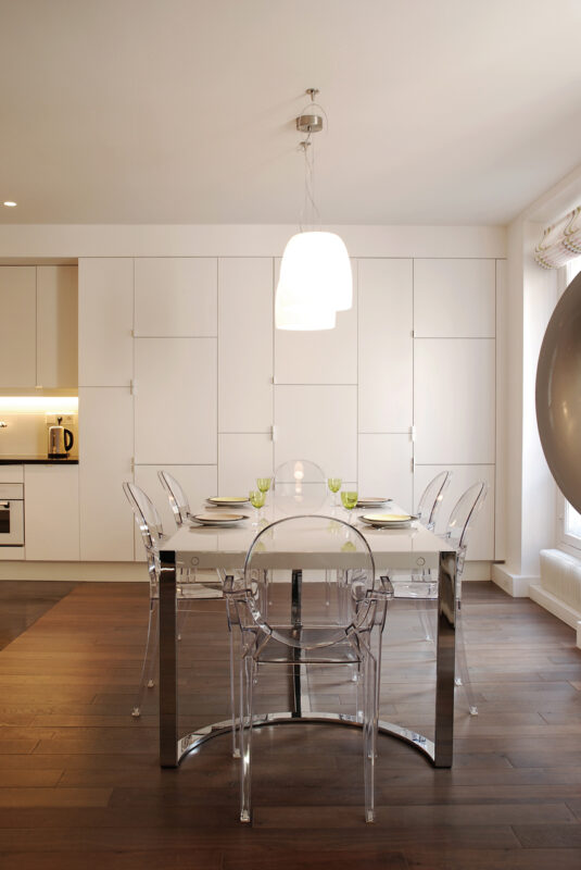 Meuble structurant sur mesure se prolonge le long du mur de la cuisine et salle à manger.