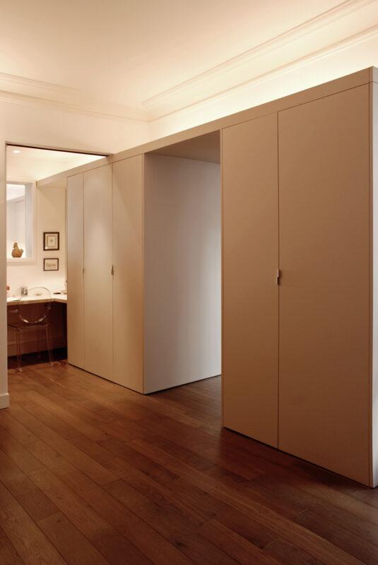 Meuble structurant sur mesure. Le meuble structurant du côté bibliothèque et bureau, permet de gommer l'effet des murs porteurs.