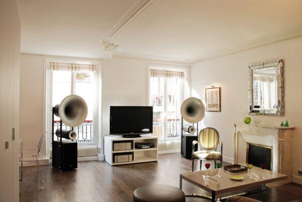 Meuble structurant sur mesure. Le meuble structurant sur mesure de l'appartement permet de tout ranger, pour ne laisser apparaitre dans le séjour que les meubles et appareils choisis.